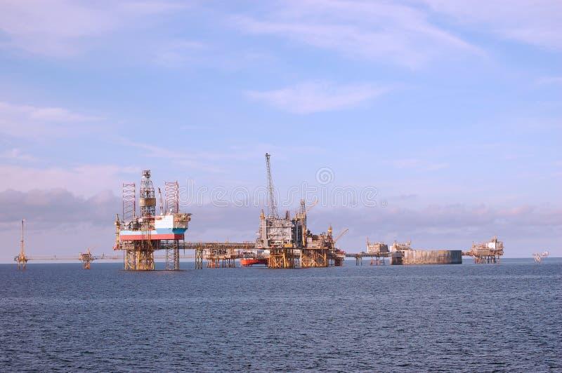 северное море нефтяных платформ стоковая фотография