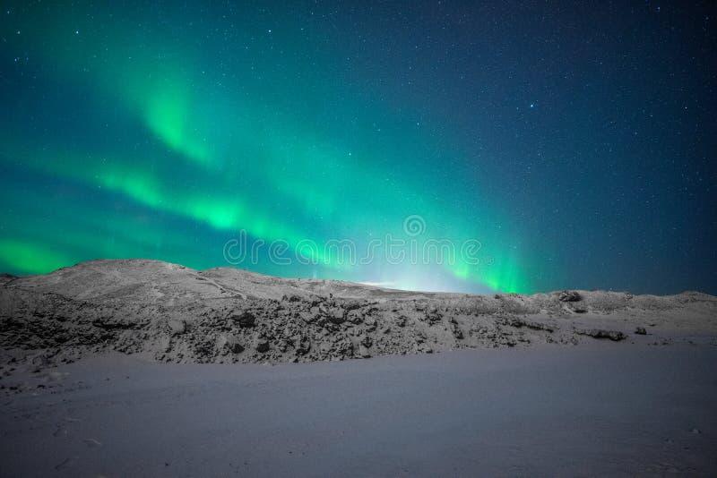 Северное сияние в исландских горах стоковая фотография rf