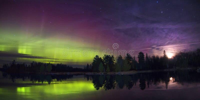 Северное сияние над озером в Минесоте во время лета стоковая фотография