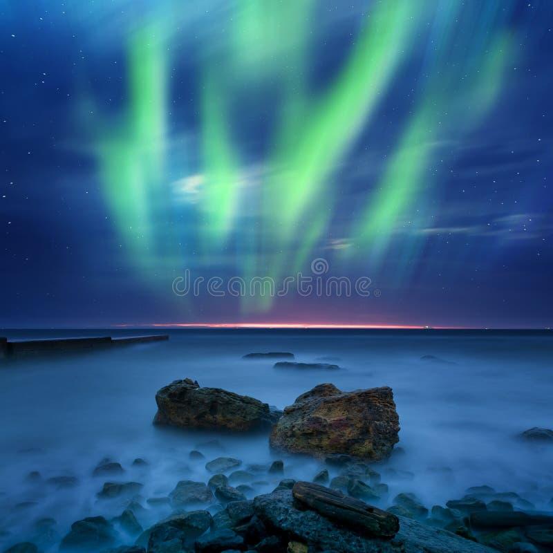 Северное сияние над морем стоковые изображения rf