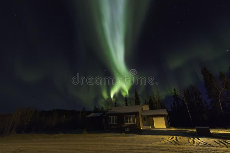 Северное сияние над домом стоковые фотографии rf