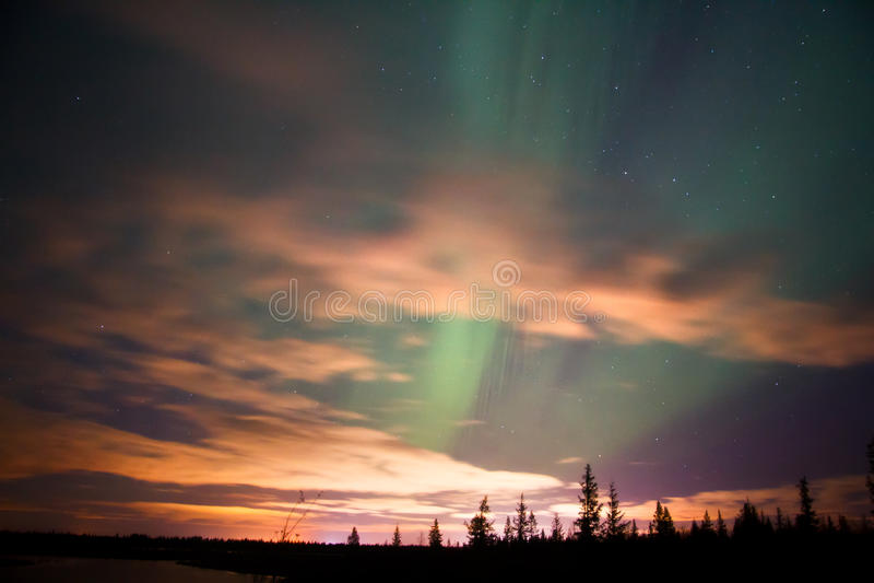 северное сияние освещает северную стоковое изображение