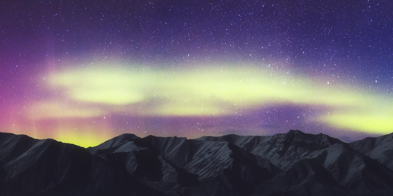 Северное сияние, северное сияние рассвета над ландшафтом горы, цветом в ночном небе со звездами стоковое фото
