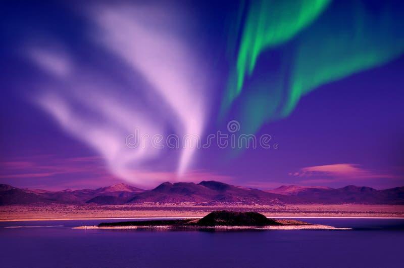 Северное сияние северного сияния в ночном небе над красивым ландшафтом озера стоковое фото rf
