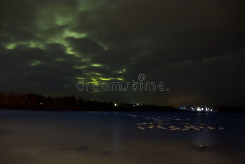 Северное сияние танцует над северным берегом Lake Superior в Минесоте стоковые фотографии rf
