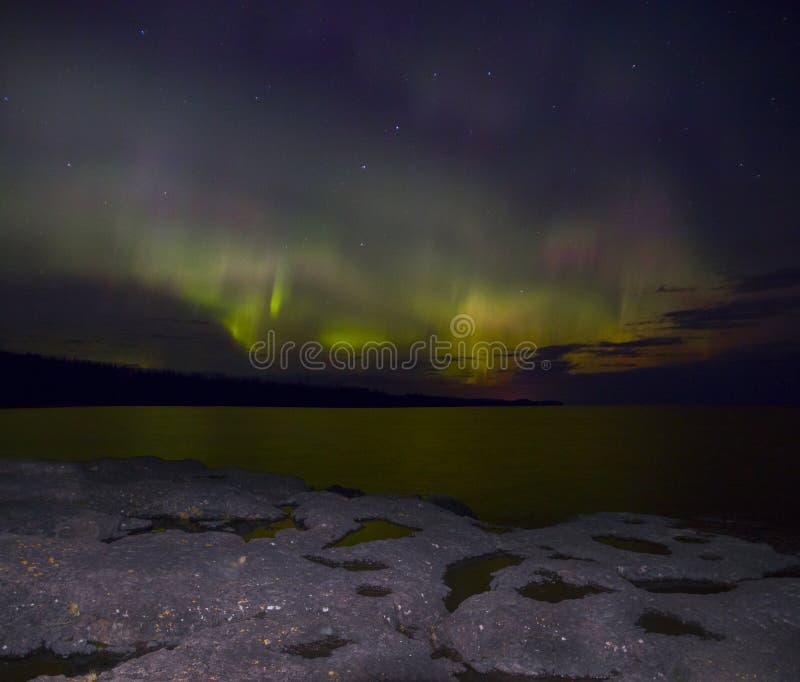 Северное сияние танцует над северным берегом Lake Superior в Минесоте стоковые фото
