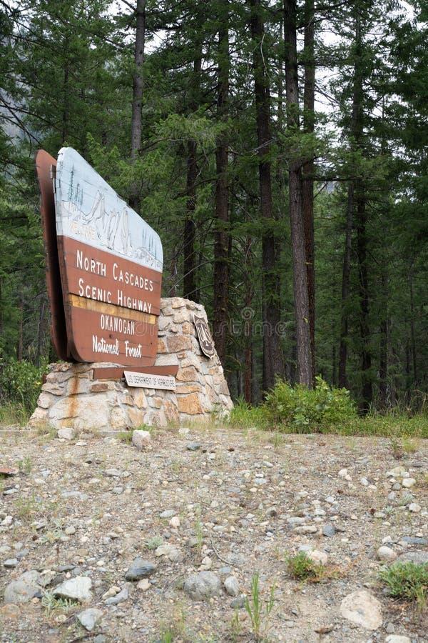 Северные каскады, Вашингтон - 5-ое июля 2019: Положительный знак для шоссе северных каскадов сценарного в национальном лесе Okano стоковое фото rf