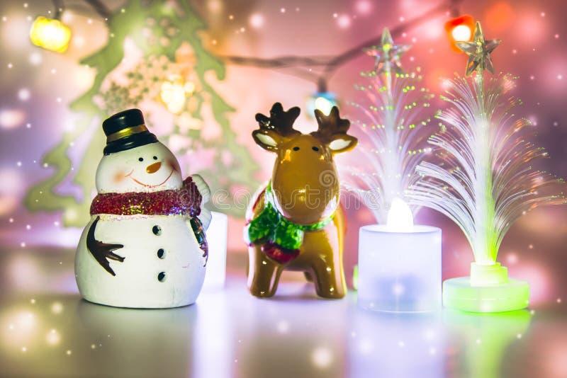 Северный олень и снеговик стоят близко рождественская елка стоковое изображение rf