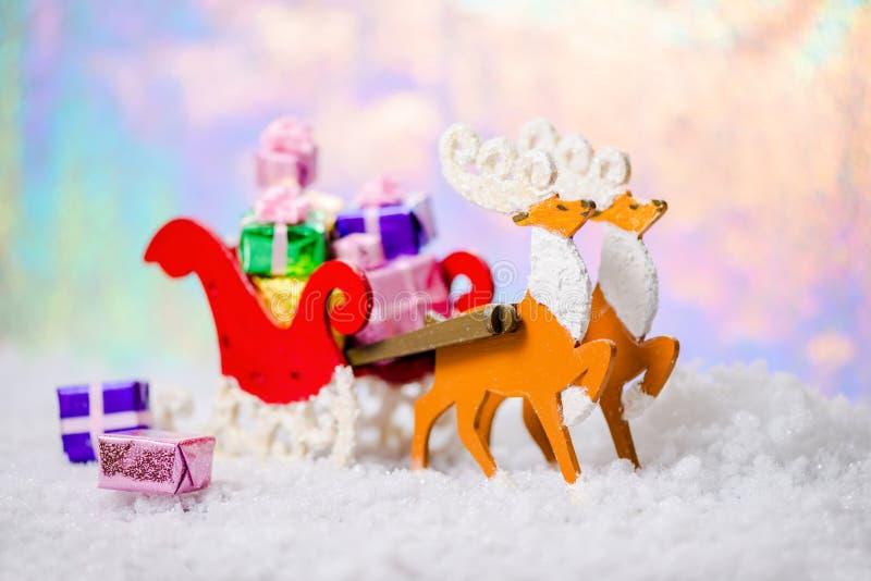 Северный олень украшения рождества и сани Санты с подарками в sno стоковые фото
