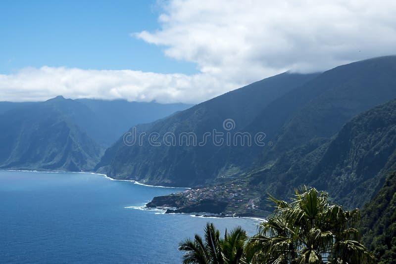 Северо-западное побережье где горы в севере острова Мадейры встречают Атлантический океан стоковые изображения