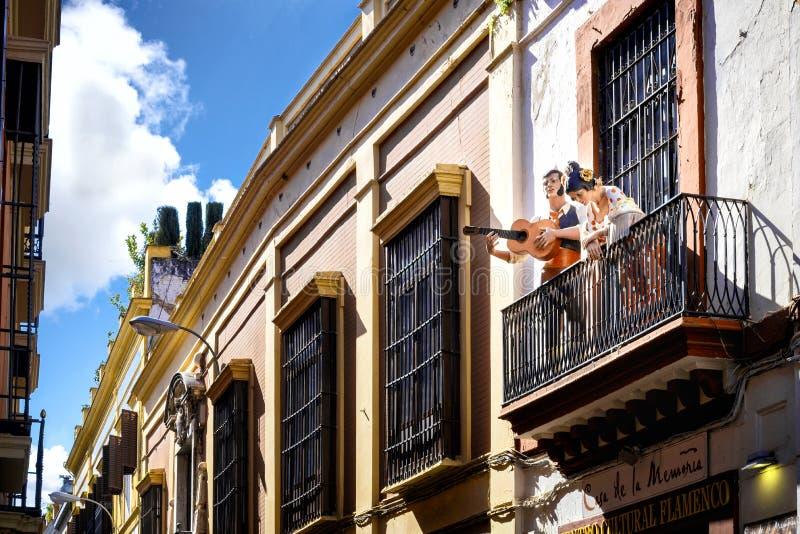 Севилья: Манекены танцоров фламенко на балконе, для воззвания рекламы центра фламенко культурного Испания стоковые изображения rf