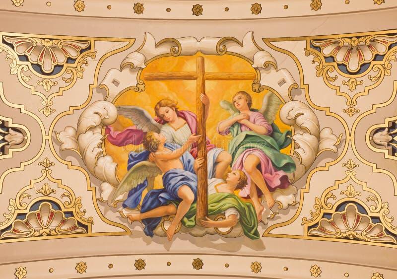 Севилья - ангелы фрески с крестом на потолке в церков Базилике de Ла Macarena стоковые фото