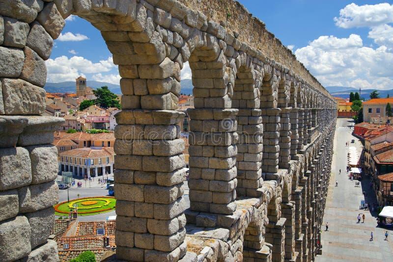 СЕГОВИЯ, ИСПАНИЯ, 29-ое июля 2018, Площадь del Azoguejo и Площадь de Ла Artilleria отделились римским мост-водоводом стоковые изображения rf
