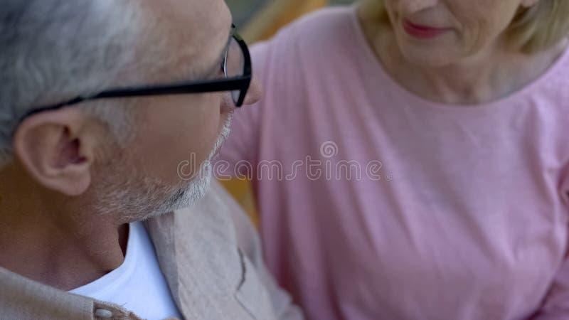 Седой человек смотря милую женщину, романтичные отношения, сомкнутость старости стоковые фотографии rf