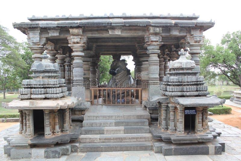 седьмая самая большая монолитовая статуя Nandi и свое mandap на виске hoysaleswara стоковое фото