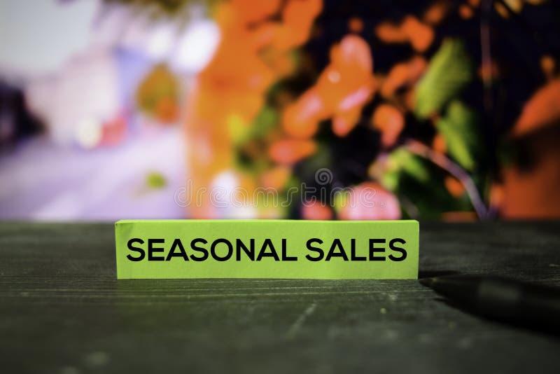 Сезонные продажи на липких примечаниях с предпосылкой bokeh стоковые фото