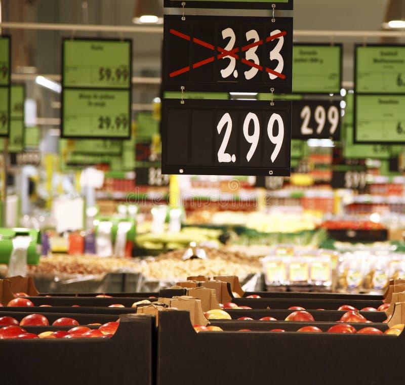 Сезонные рабаты в hypermarket стоковые изображения rf