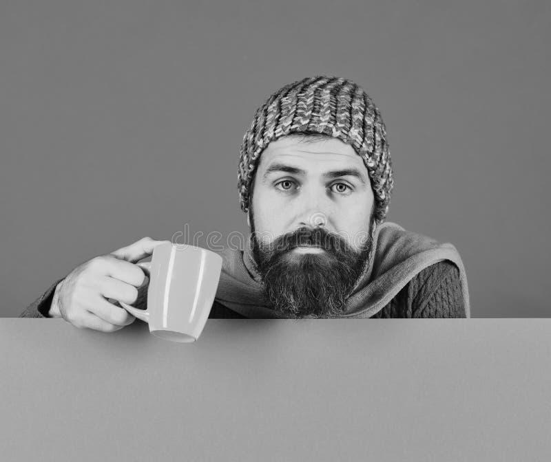 Сезон и инфлуенза падения Человек с бородой держит оранжевый cu стоковые изображения