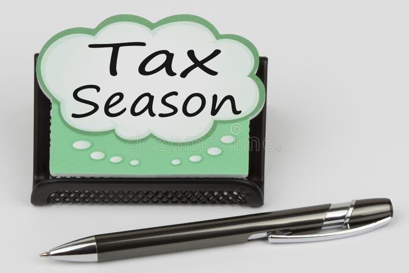 Сезон налога написанный на пузыре беседы стоковая фотография