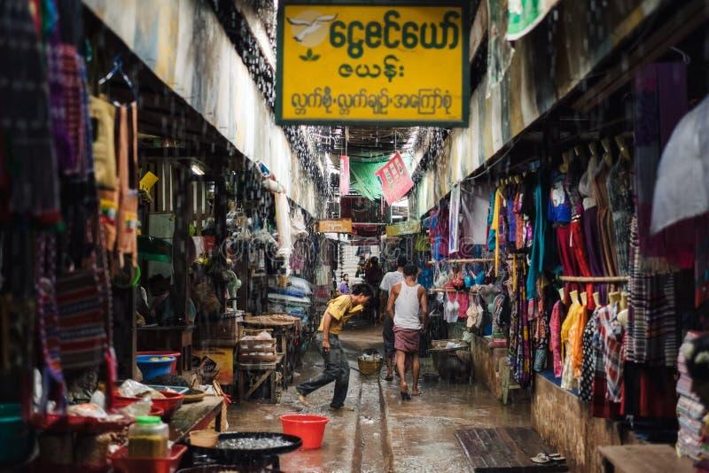Download Сезон дождей в азиатской стране Редакционное Фотография - изображение насчитывающей улица, рынок: 81802082