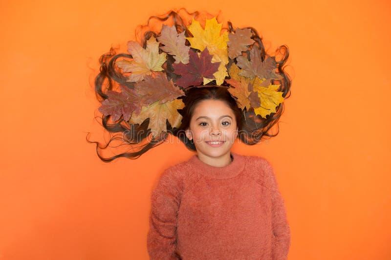 Сезон осени Концепция Шампу Советы по уходу за волосами добавляют к рутине падения Маленькая девочка, роскошные длинные волосы и  стоковая фотография rf