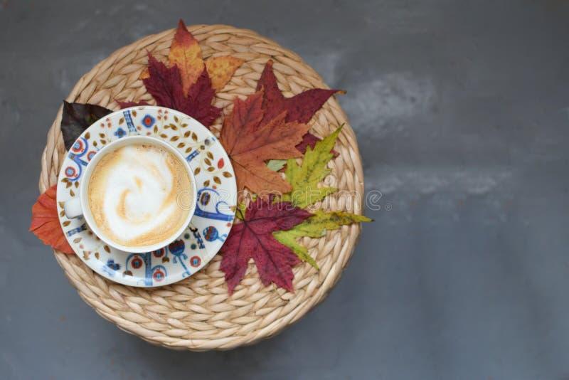 Сезон падения c таблицы кленовых листов чашки Coffe концепции осени плетеный стоковые фотографии rf