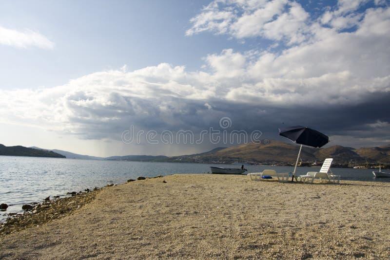 Download сезон пляжа стоковое фото. изображение насчитывающей boated - 6851136