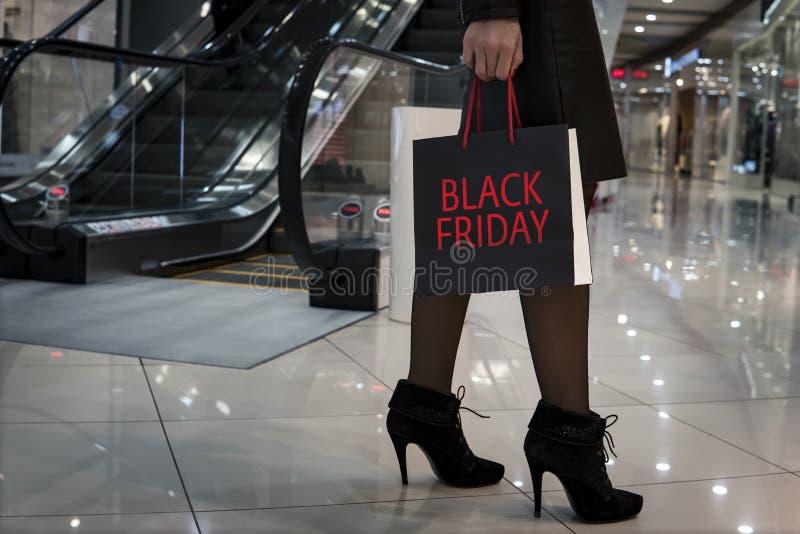 Сезон продаж осени в черную пятницу Девушка нося хозяйственную сумку на торговый центр Стильные тонкие дамы идя хозяйственные сум стоковые изображения rf