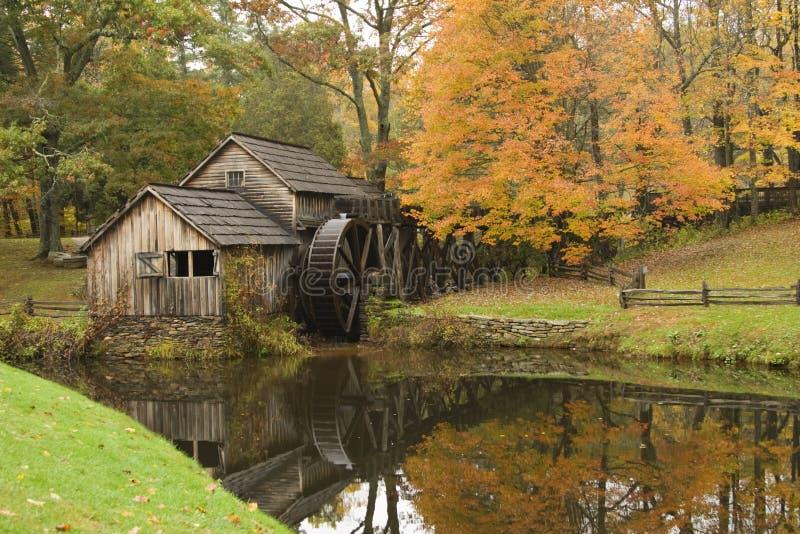 сезон gristmill падения деревенский стоковое фото rf