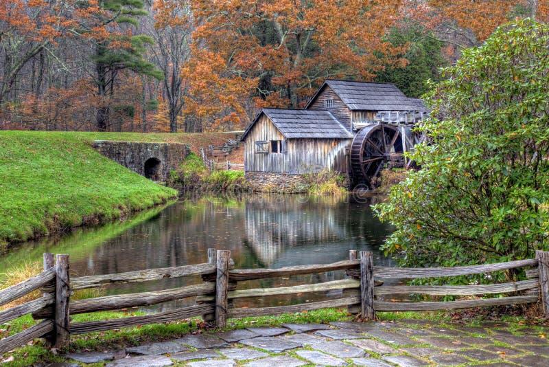 сезон gristmill падения старый деревенский стоковое изображение