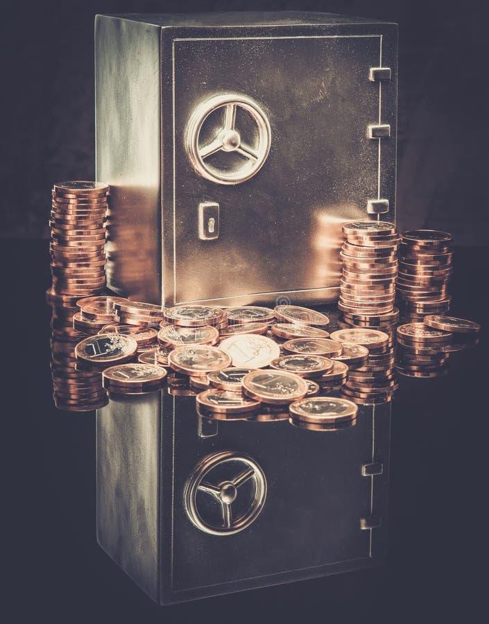 Сейф с монетками стоковая фотография rf