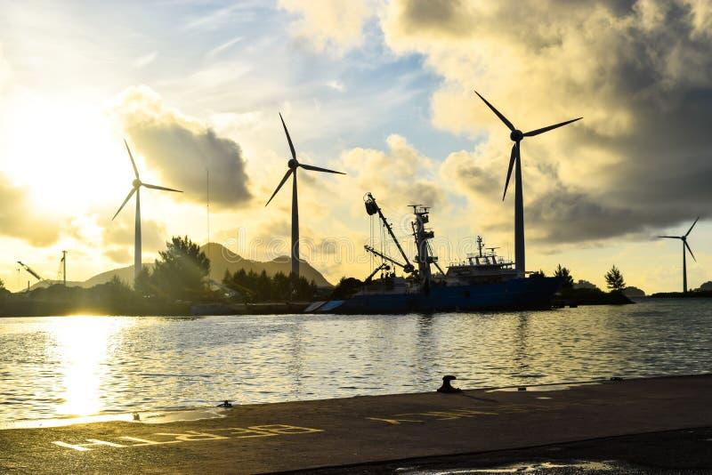 Сейшельские островы, Mahe - 14-ое июня 2016 Гавань Виктории в солнце раннего утра стоковое изображение rf