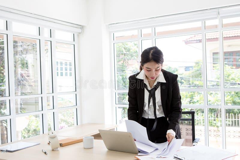 Секретарша подготавливает документы Секретарша подготавливает документы стоковое изображение
