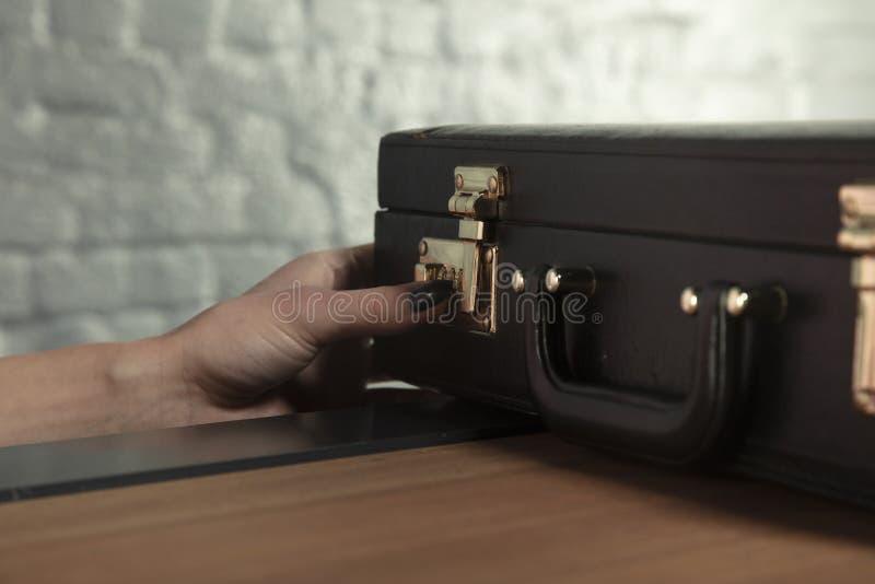 Секретарша пробует расшифровать закрытие в портфеле стоковые изображения