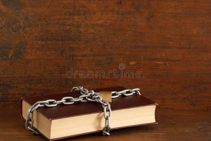 Секретное знание спрятанное в запертой книге стоковое фото