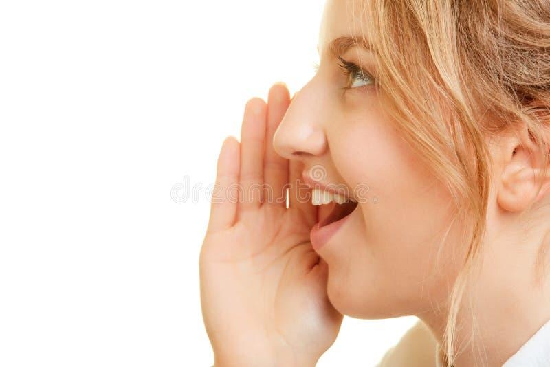 Секрет женщины шепча секретно с рукой на рте стоковые фотографии rf