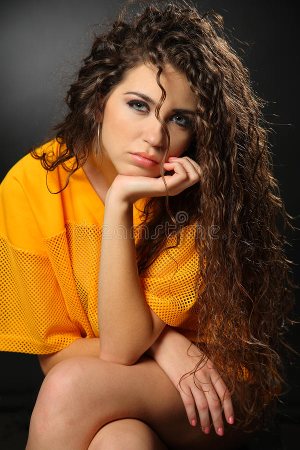 Сексуальная девушка в желтой рубашке футбола стоковые изображения rf