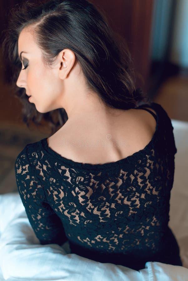 Сексуальная девушка при длинное одетые вьющиеся волосы и красивые подбитые глазы, стоковые изображения