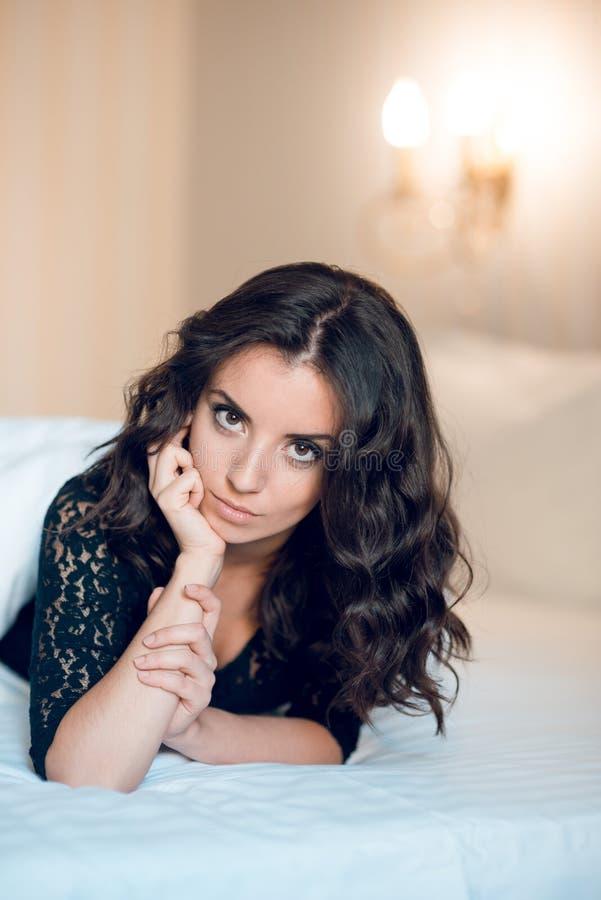 Сексуальная девушка при длинное одетые вьющиеся волосы и красивые подбитые глазы, стоковое фото rf