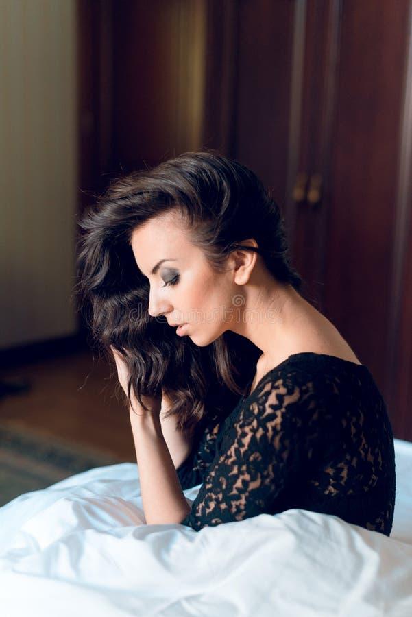 Сексуальная девушка при длинное одетые вьющиеся волосы и красивые подбитые глазы, стоковые фотографии rf