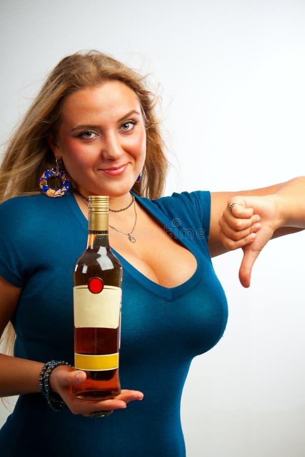 Сексуальная девушка с бутылкой рома стоковая фотография rf