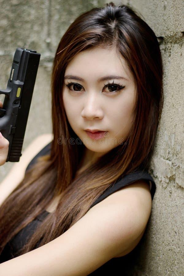 Сексуальная девушка с пистолетом стоковая фотография rf