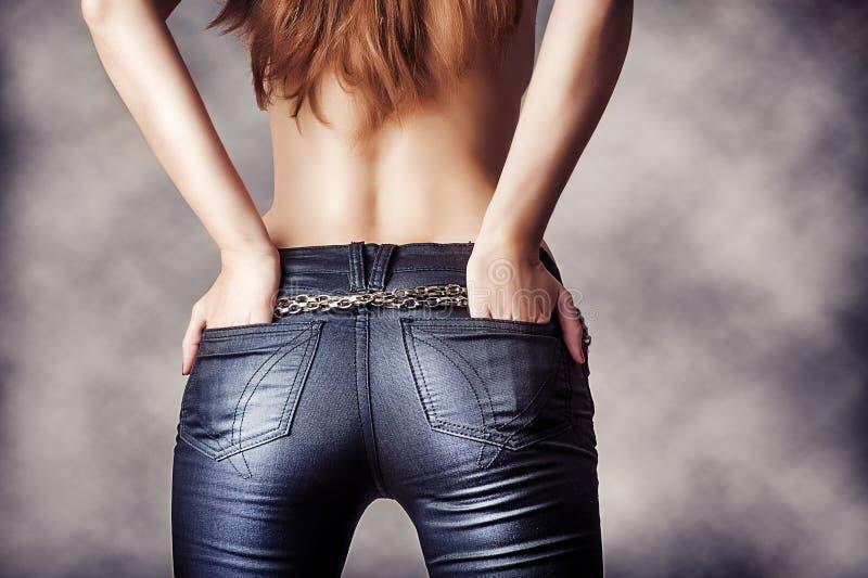 Сексуальная женская задняя часть модели стоковые фото