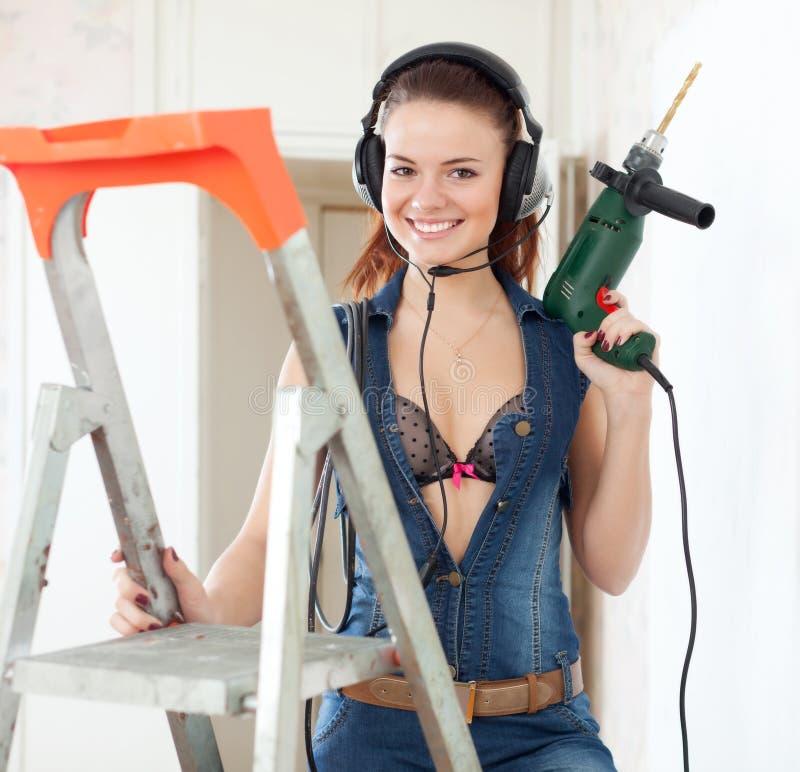 Сексуальная женщина в наушниках с сверлом стоковые изображения rf