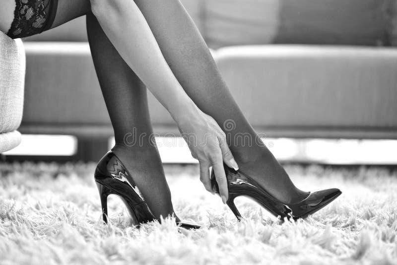 Сексуальная женщина в нижнем белье касаясь высоким пяткам черно-белым стоковые изображения