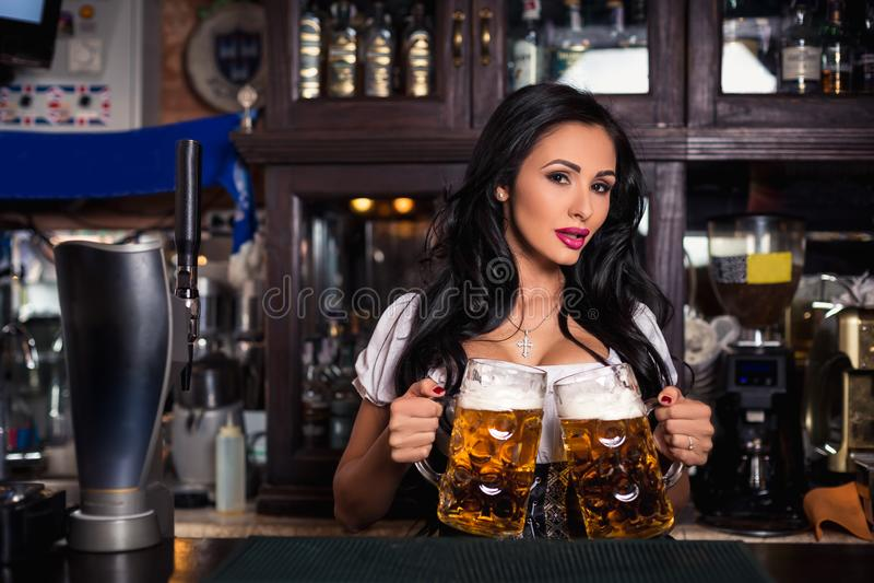 Сексуальная женщина в платье dirndl держа глиняную кружку пива Oktoberfest стоковые изображения rf
