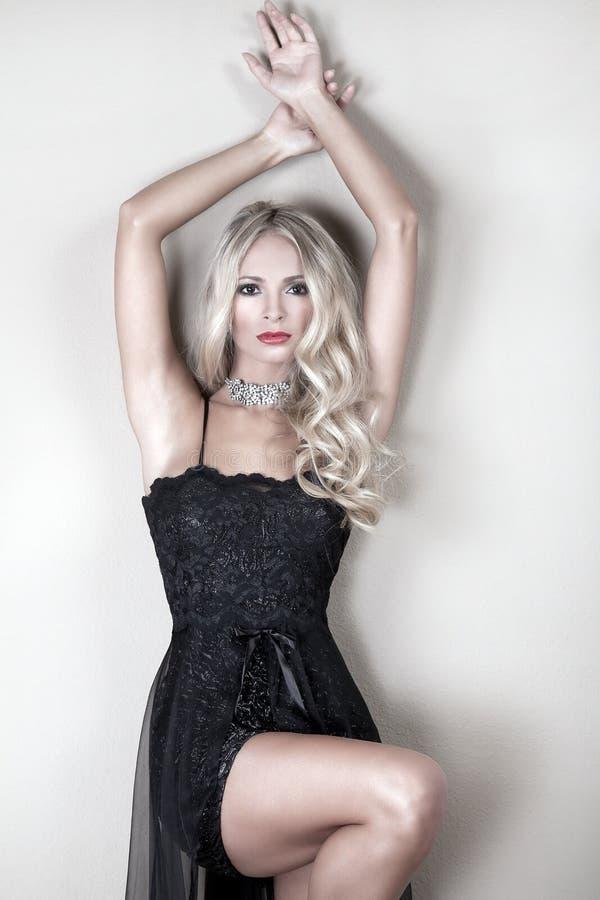Сексуальная женщина в черном платье стоковая фотография