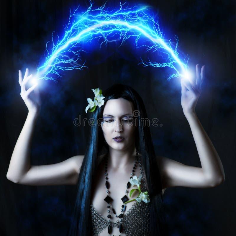Сексуальная женщина делая волшебство стоковое изображение