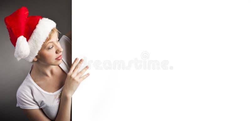 Сексуальная женщина счастливая и знамя удерживания пустое стоковая фотография rf