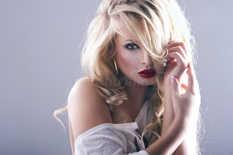 Сексуальная женщина с красными губами стоковые фото
